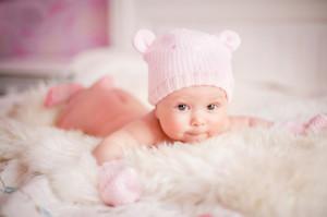 baby mit rosa mütze